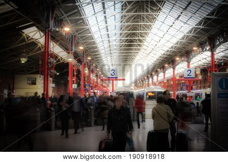 the rush hour at marylebone station in london