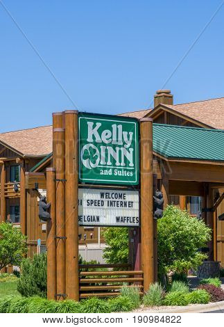 Kelly Inn And Suites Exterior And Logo