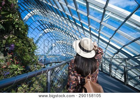 Singapore, Singapore 14/03/2019 A Tourist Is Enjoy Traveling Inside The Dorm Of Garden By The Bay In
