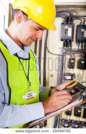 Industrielle Techniker Aufnahme Maschine Temperatur Test Ergebnis