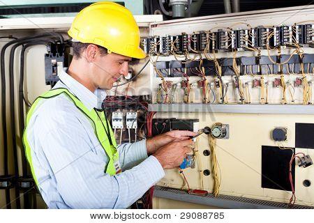 männliche caucasian Elektriker industrielle Maschine Schalters