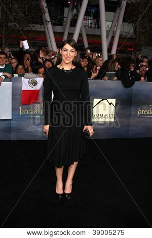 LOS ANGELES - NOV 12:  Mayim Bialik arrive to the 'The Twilight Saga: Breaking Dawn - Part 2