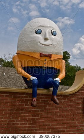 Aberdeen, South Dakota, August 7, 2020: Humpty Dumpty Sits On The Wall At The Land Of Oz(storybook L