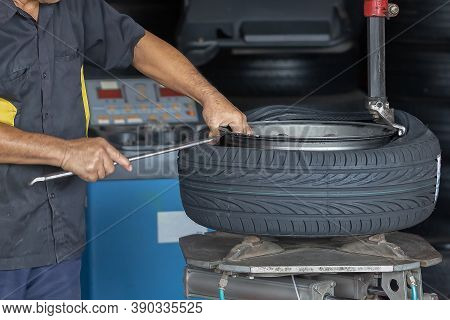 Technician,mechanic Is Retreating, Replacing The Tires And Mag Wheels In The Service Center.