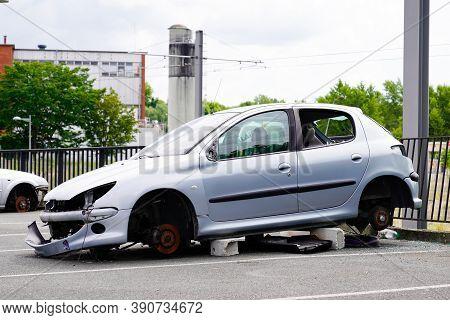 Bordeaux, Aquitaine / France - 16 10 2020 : Peugeot 206 Stealing Car With Stolen Wheels In City Stre