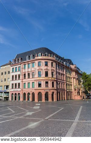 Mainz, Germany - August 04, 2019: Shops In Colorful Old Buildings On The Market Square Of Mainz, Ger