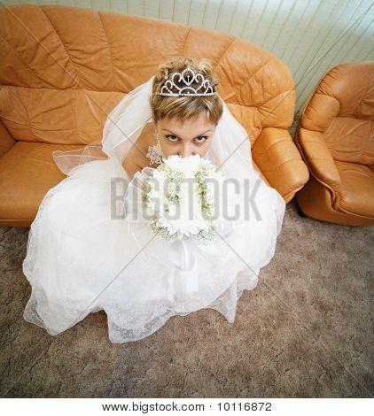 Braut sitzt auf ledernen Sofa