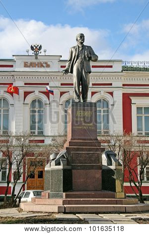 Vladimir, Russia - April 18, 2009: Monument To Lenin In Front Of Former Bank Building On Big Moskow