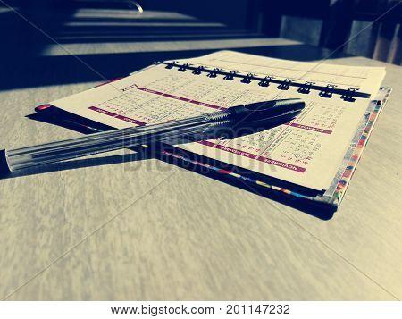agenda abierta sobre una mesa de trabajo