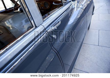 Close up of an door handle of a limousine