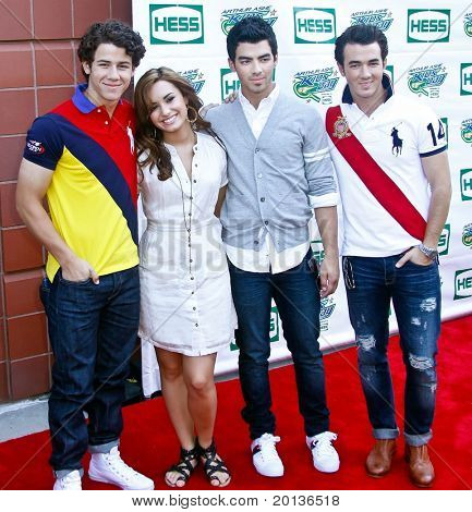 FLUSHING, NY - AUGUST 28: Singers Demi Lovato and the Jonas Brothers attend Arthur Ashe Kids' Day at the Billie Jean King National Tennis Center on August 28, 2010 in Flushing, New York.