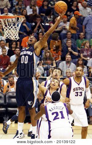 PHOENIX, AZ - NOVEMBER 5: Phoenix Suns Punkt vorwärts streckt Darrel Arthur (00) für die Kugel wieder