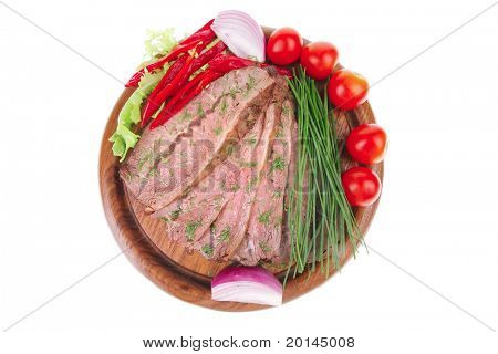 beef slices on wooden plate with peppers
