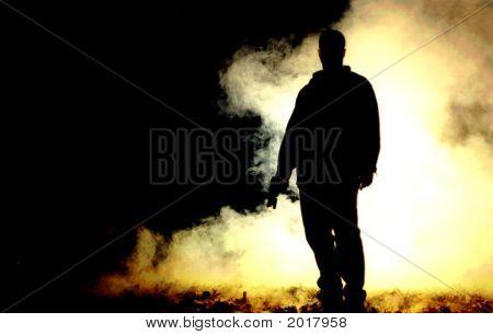 Силуэт стрелявшего в дым