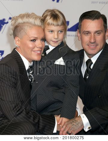 LOS ANGELES - AUG 27:  Pink, Willow Sage Hart, Carey Hart at the MTV Video Music Awards 2017 at The Forum on August 27, 2017 in Inglewood, CA