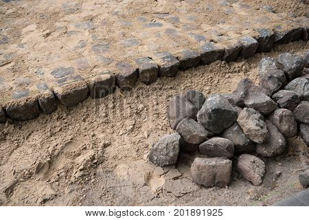 Making the pavement of stone blocks in the city