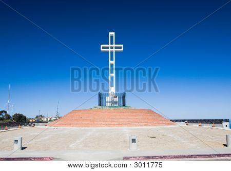 Cross dedicated to veterans of American wars on top of Mount Soledad in La Jolla California poster