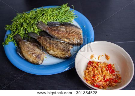 Fried Trichogaster Pectoralis Cut And  ืืื Blanched Neem - Thai Food
