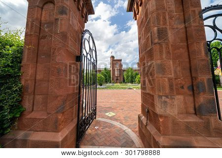 Washington, Dc - May 9, 2019: Exterior Entrance Gate To The Enid Haupt Garden And The Smithsonian Ca