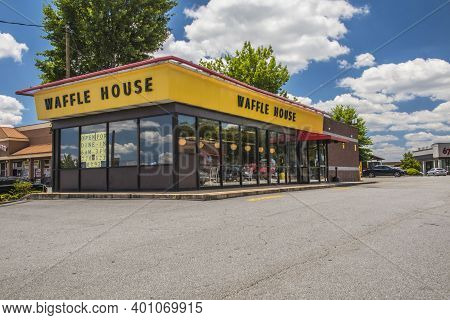 Gwinnett, County Usa - 05 31 20: Waffle House In Snellville On Scenic Hwy Corner View