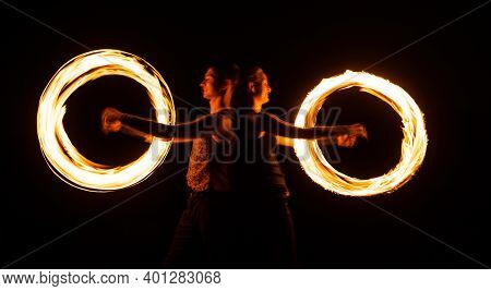 Creating Awesome Tracer Effects. Couple Of Artists Perform Fire Orbitals. Bright Light Trails And De