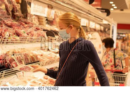 Sydney, Australia - 2020-01-04 Wearing Face Masks In Shopping Centres Are Compulsory In Greater Sydn
