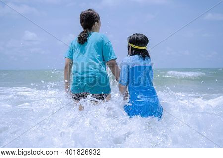 Asian Mothers And Daughters Are Excited About Playing In The Sea. Is A Sharing Of Experiences, Shari