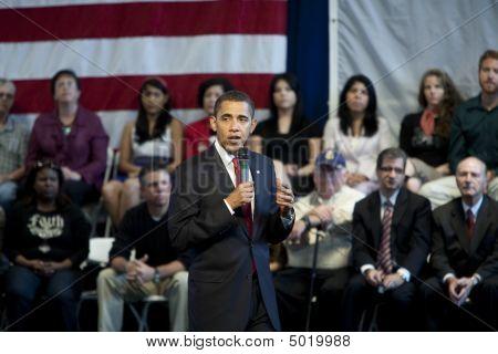 Barack Obama spricht auf ein Rathaus