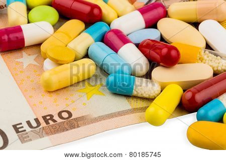 euro banknotes and tablets, symbol photo for costs of medicines and health insurance.