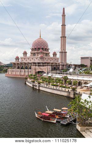 Putrajaya, Malaysia - Circa September 2015: Putra Mosque On The Bank Of Putrajaya Lake In  Putrajaya