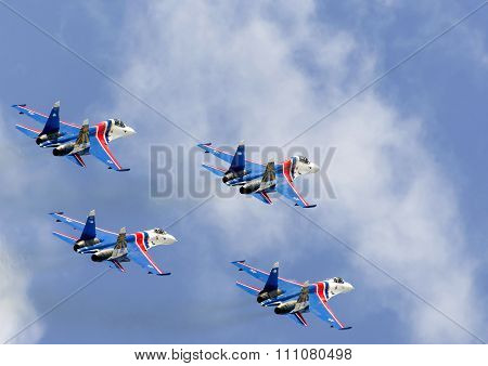 Shows demonstration flight at air showMAKS 2015.