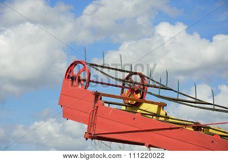 Top of threshing machine with conveyor