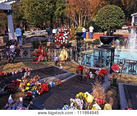 Elvis Presley Cemetery, Memphis.