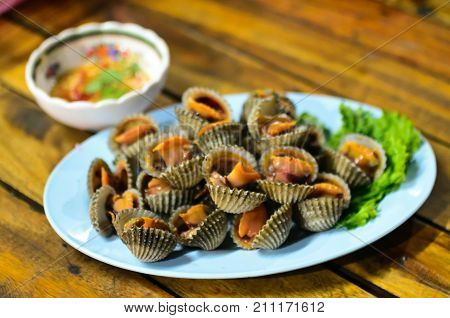 Steamed blanched cockle clams with dipping sauce