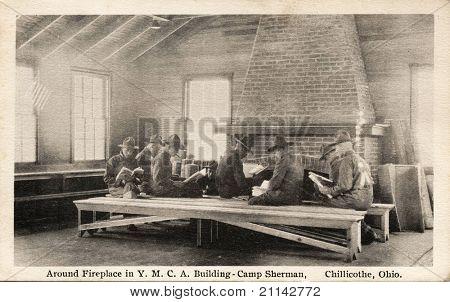 Kolem ohniště - brzy 1900 WWI pohlednici zachycující vojáci kolem krbu v Ymce B