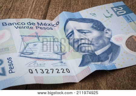 A 20 mexican pesos bill seems to be sad perhaps because of its weakness against the dollar.