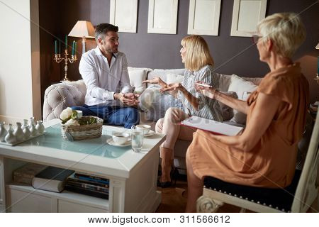 Verbal discussion at psychologist between wife and husband