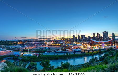 Calgary, Canada - July 14, 2019: Panorama Of Golden Sunset Over The Calgary Stampede Fairgrounds Sur