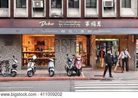 Taipei, Taiwan - December 3, 2018: People Walk By Local Dobos Bakery In Taiwan. Taipei Is The Capita
