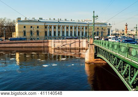 St Petersburg, Russia - April 5, 2019. Palace Bridge Over The Neva River And Zoological Museum In Sa