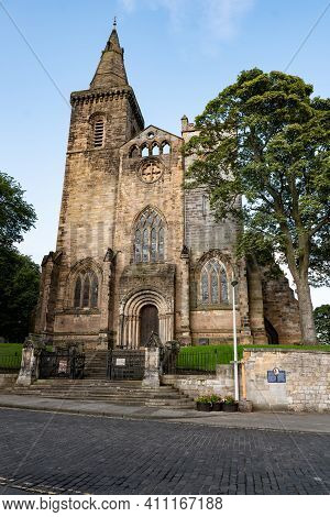 Dunfermline, Scotland - August 12, 2019: Dunfermline Abbey Known As Robert The Bruce Church With A T