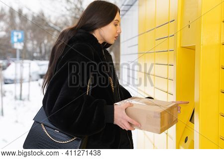 Rome Parcel In Hand. Selects Options From The Parcel Locker Menu. Automatic Machine For Sending And