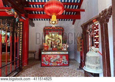 Hoi An, Vietnam, March 8, 2021: One Of The Altars With Dragons In A Taoist Temple In Hoi An, Vietnam