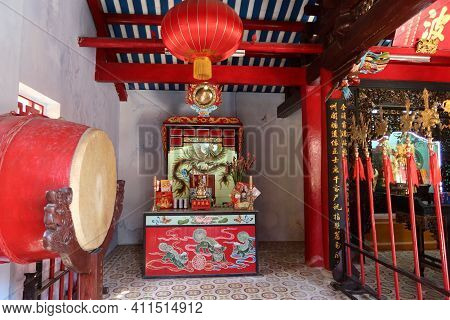 Hoi An, Vietnam, March 8, 2021: One Of The Red And Gold Decorated Rooms Of A Taoist Temple In Hoi An