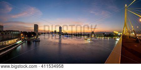 Bangkok, Thailand - Nov. 30, 2019 : Views Of The Chao Phraya River On The Rama Viii Bridge In The Ev