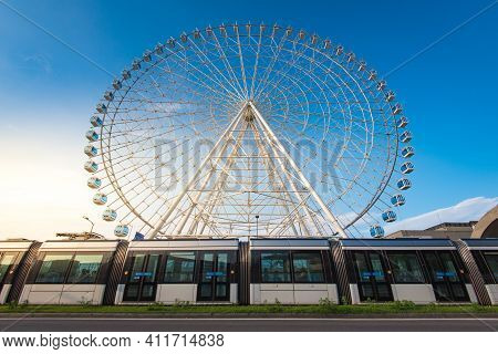 Rio De Janeiro, Brazil - January 4, 2021: Vlt Tram Is Passing In Front Of The Rio Star Ferris Wheel