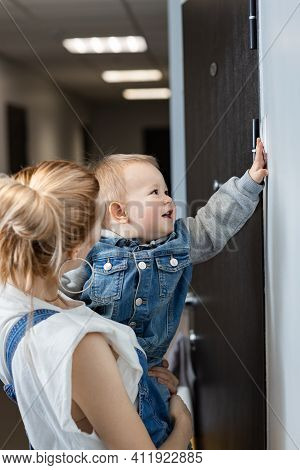 Mom And Baby Press The Doorbell, Visit Friends, Visit Relatives, The Child Is Happy To Be Invited To