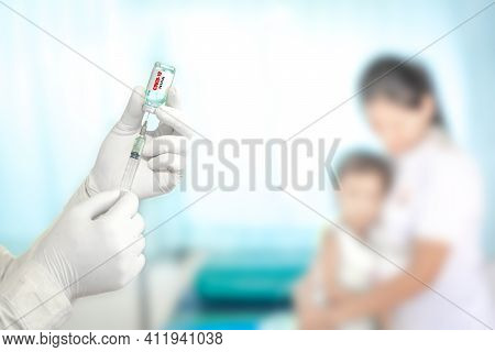 Close Up Doctor Holding Syringe To Injection To The Patient In Medical. Covid-19 Or Coronavirus Vacc