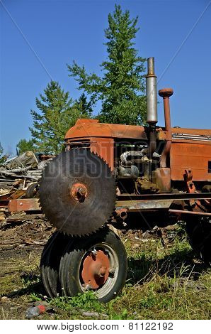 Tractor with saw for cutting wood