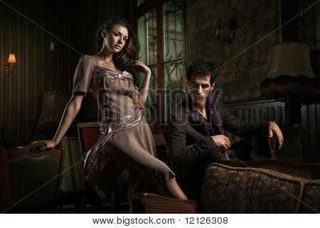 Foto stile moda di un'attraente giovane coppia